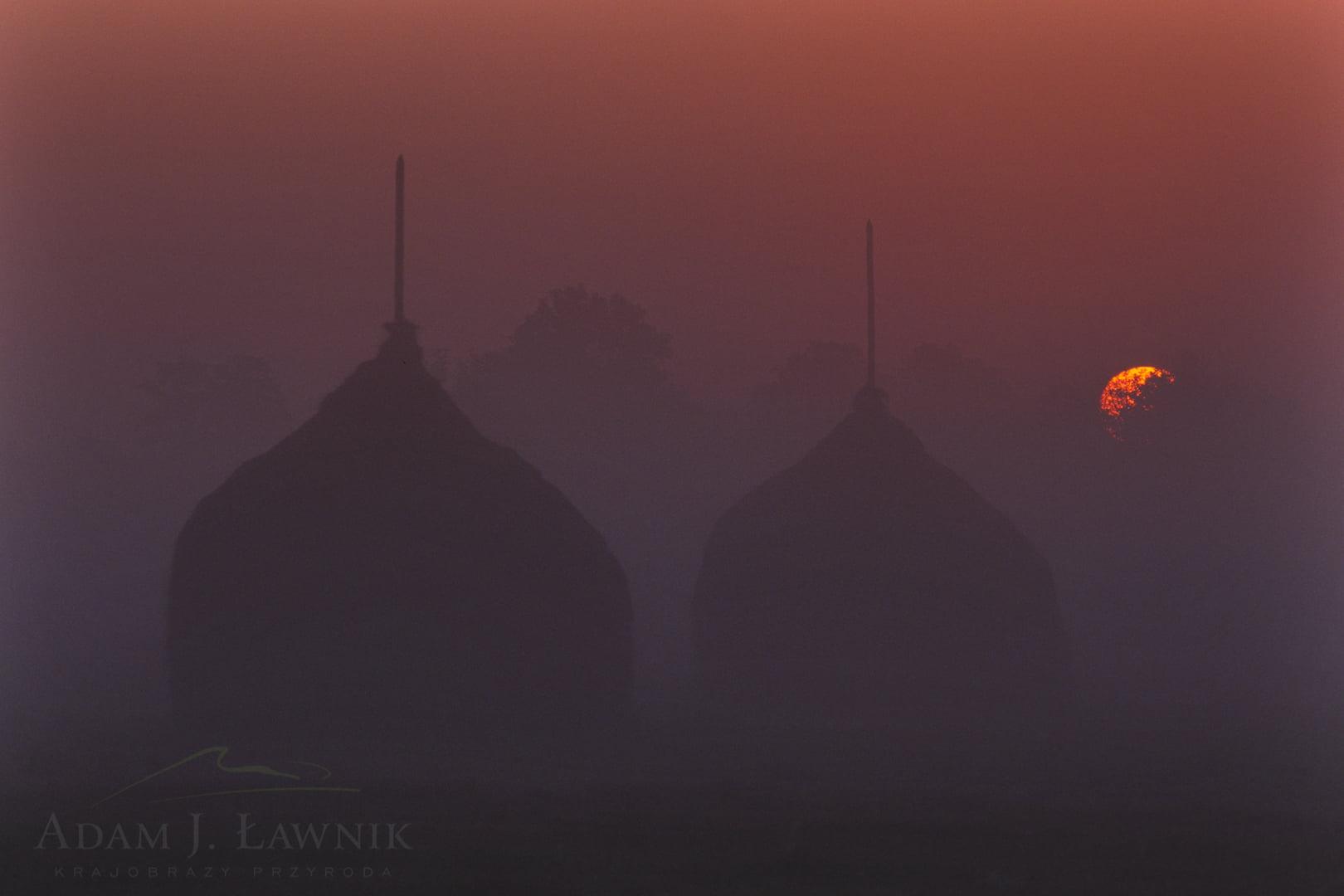 Stogi siana o wschodzie słońca