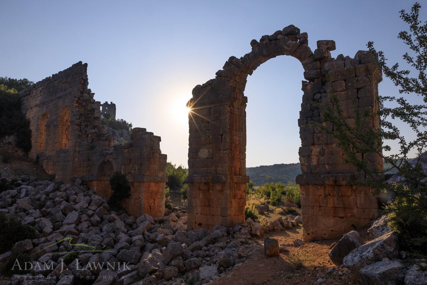 Starożytna brama w Olba